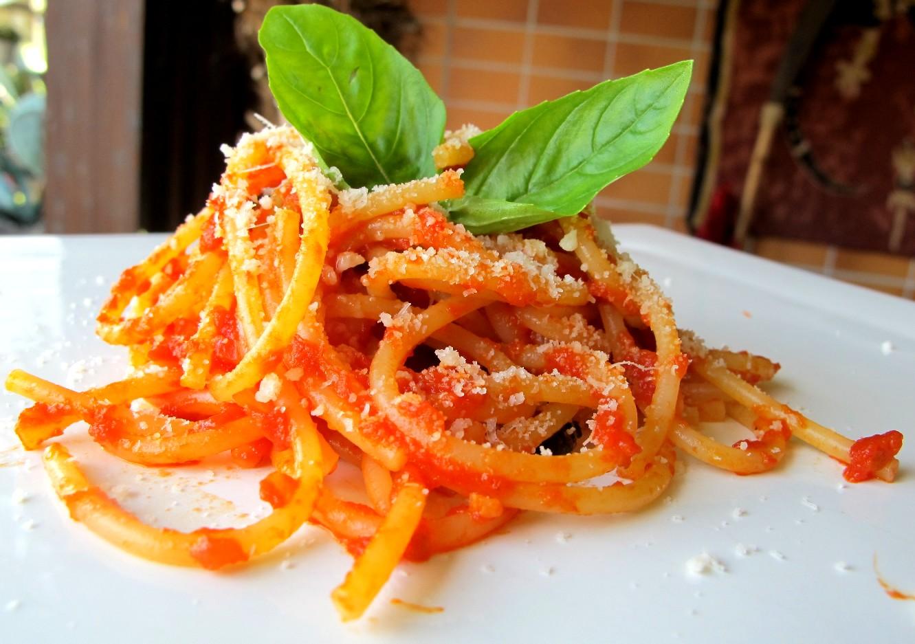 ... fare un ottimo piatto di spaghetti al pomodoro fresco per due persone